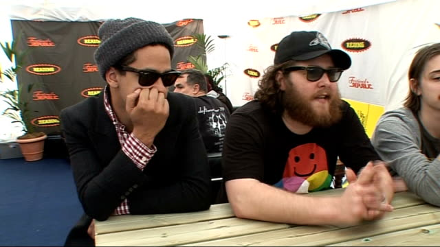 vídeos y material grabado en eventos de stock de reading festival 2009: manchester orchestra interview; manchester orchestra interviewed sot - mock english accents / performing in the uk and how... - reading and leeds festivals