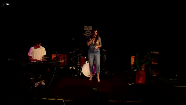vídeos de stock, filmes e b-roll de rock the house competition; england: london: int various of singer bonnie freechyld competing in the rock the house music competition - rock moderno