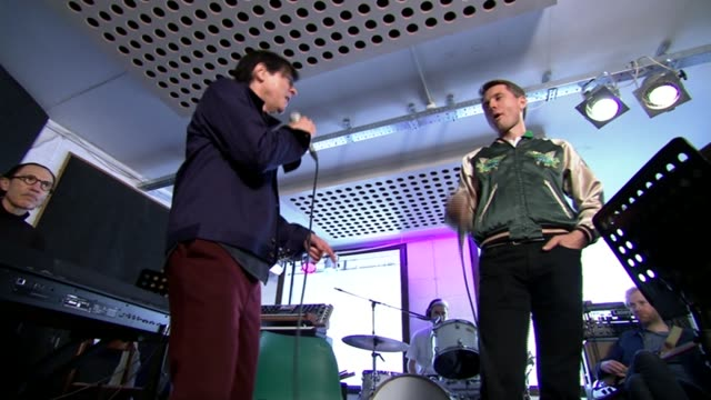 scottish rock group franz ferdinand and la based experimental duo sparks join forces ffs performing sot - moderne rockmusik stock-videos und b-roll-filmmaterial