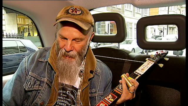 seasick steve interview seasick steve explaining what his guitar is made of inclduing close shots of guitar fret board sot view out taxi window of... - griffbrett stock-videos und b-roll-filmmaterial