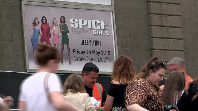 vídeos de stock e filmes b-roll de spice girls stage first concert in their comeback tour in dublin ireland dublin ext spice girls fan holding dolls of the group fans arriving for... - spice girls