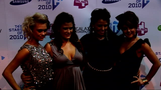 vídeos de stock, filmes e b-roll de t4 stars of 2010 red carpet interviews lola posing for press lola interview sot give tips on how to look good at christmas party / love all the acts... - trepadeira