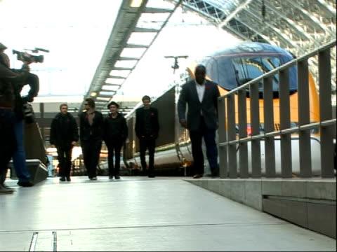 vidéos et rushes de take that at st pancras international station **beware take that towards on platform / take that posing for photocall - take that