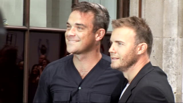 vidéos et rushes de take that gary barlow and robbie williams appear at radio 1 england west london portland place bbc radio photography*** robbie williams and gary... - take that