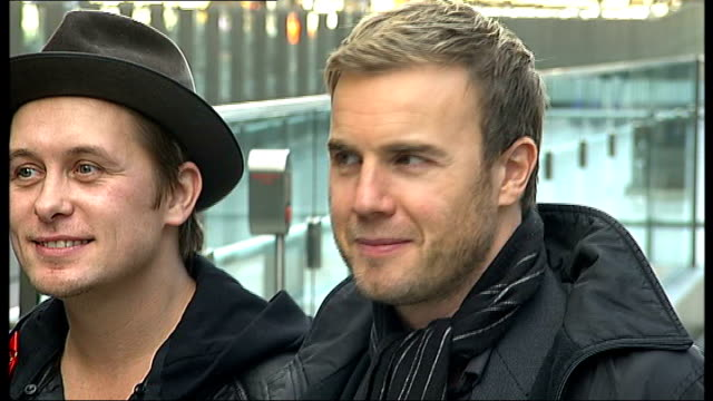 vidéos et rushes de take that launch new album 'the circus' media gathered at station to see take that / take that wearing red ribbons up escalator and posing for... - take that