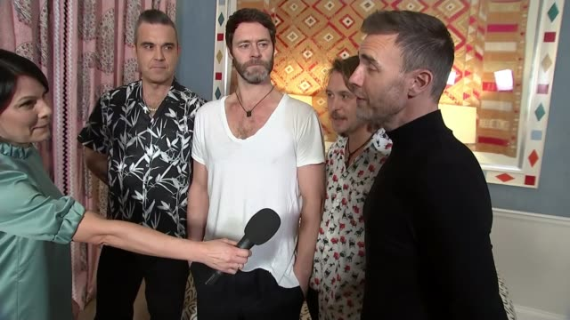 vidéos et rushes de take that members reunite for performance at new west end musical; england: london: int gary barlow, robbie williams, howard donald and mark owen... - take that