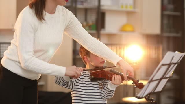 vídeos de stock, filmes e b-roll de professor de música, gostar de fazer o trabalho dela - violino