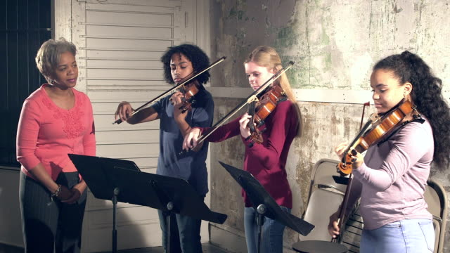 musiklehrer, jugendlichen studenten geigenspiel - person gemischter abstammung stock-videos und b-roll-filmmaterial