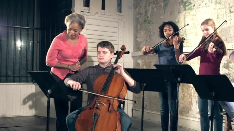 vídeos y material grabado en eventos de stock de música maestro, los estudiantes adolescentes con instrumentos de cuerda - actuación conceptos