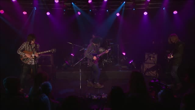 music television welcomed the districts to display their distinct combination of indie folkrock with their song 'bold' - evento in diretta video stock e b–roll