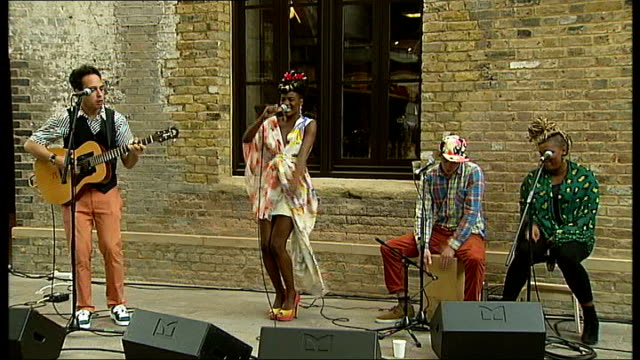 stockvideo's en b-roll-footage met the noisettes to join 'africa express' tour england london central saint martins college of art and design ext the noisettes performing song 'that... - popmuziek tournee