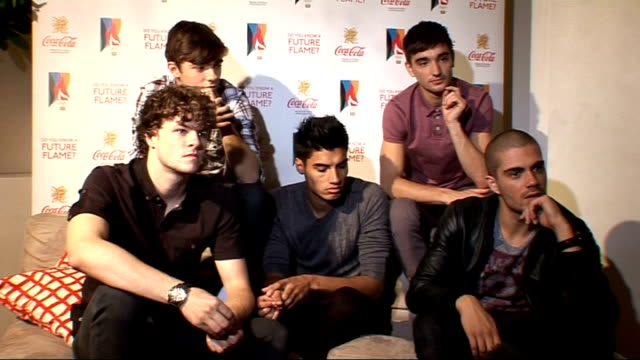 the wanted interviewed the wanted interview continued sot how celeb they all are not very not famous enough or rich or fit re cher lloyd / spat... - マナー点の映像素材/bロール