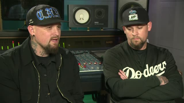 vídeos de stock, filmes e b-roll de us band good charlotte's new album looks at the opiod epidemic england london int benji madden and joel madden interview sot reporter with benji and... - título de álbum