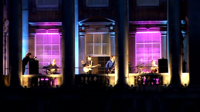 vídeos de stock e filmes b-roll de vampire weekend at somerset house performance and interview england london somerset house ext **flashlight photography throughout*** various of... - vampire weekend