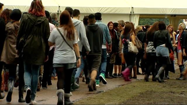 stockvideo's en b-roll-footage met wireless festival 2012: hundreds of fans with fake tickets turned away; england: london: hyde park: ext people arriving festival-goers along two... - festivalganger