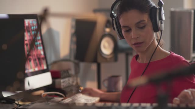 stockvideo's en b-roll-footage met muziek vrouw close-up - studio shot