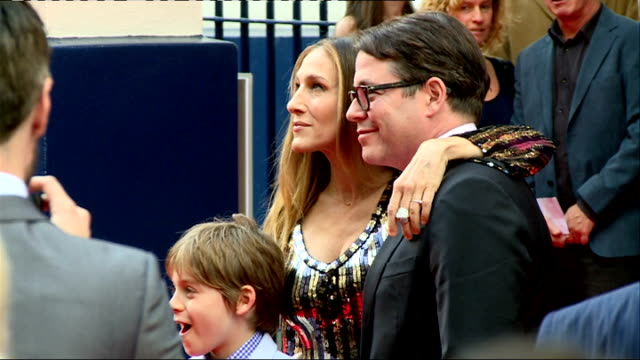 stockvideo's en b-roll-footage met 'charlie and the chocolate factory' theatre premiere arrivals and interviews sarah jessica parker and matthew broderick hugging men in red carpet and... - sarah jessica parker