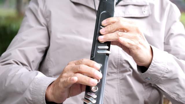 Musikinstrument gespielt von Menschen