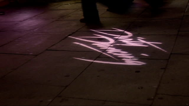 musical 'porgy & bess'; ext/night name 'aldwych theatre' over entrance tilt down to name 'dirty dancing' lit up on pavement - pavement点の映像素材/bロール
