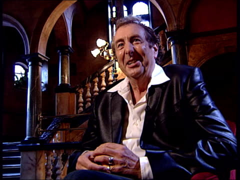 eric idle interview about his python musical 'spamalot'; eric idle interview continues sot journalist asks what have other former pythons said to... - 俳優 テリー ジョーンズ点の映像素材/bロール
