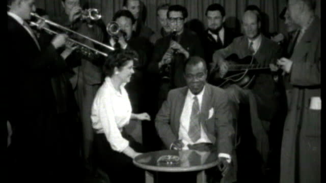 vidéos et rushes de musician and radio presenter humphrey lyttelton dies tx 3356 w footage of british jazz group including humphrey lyttelton playing welcome to louis... - humphrey lyttelton