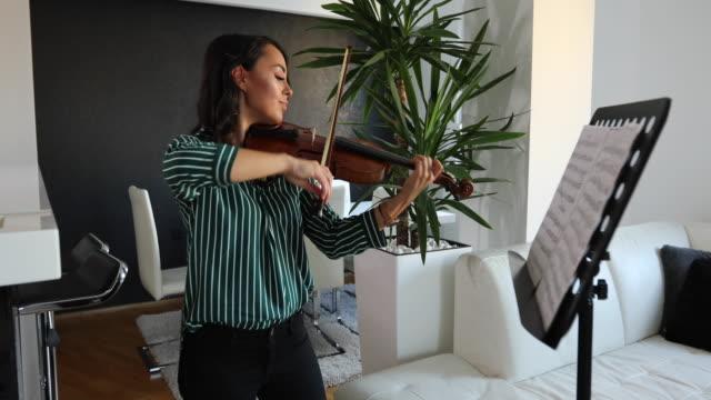 vídeos de stock, filmes e b-roll de músico que exercita o violino em casa - música