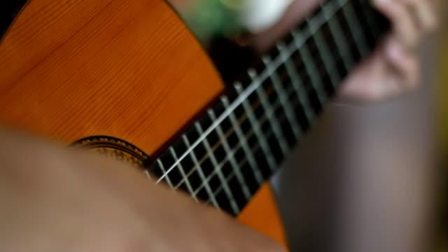vídeos y material grabado en eventos de stock de guitarrista del músico - diapasón instrumento de cuerdas