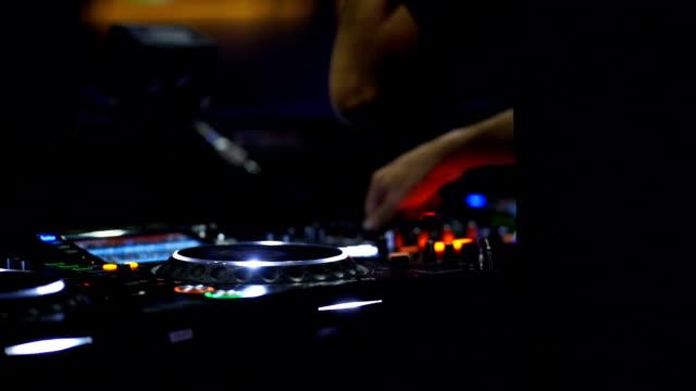 musikerhände mischen den track auf dj-bühne im nachtclub bei disco-party - popmusik konzert stock-videos und b-roll-filmmaterial