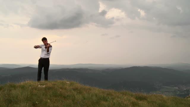 stockvideo's en b-roll-footage met hd crane: musician inspired by nature - crane shot