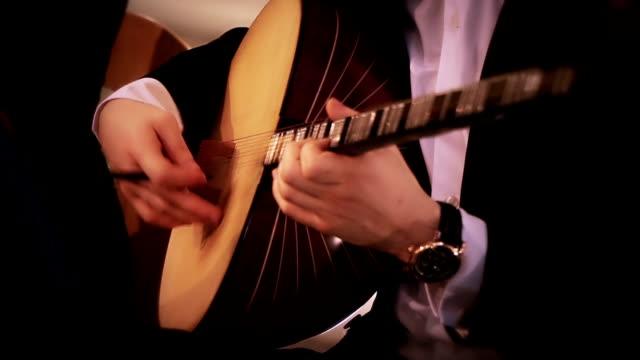 ミュージシャンが演奏銘柄 - 美しい人点の映像素材/bロール