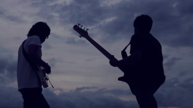 vídeos de stock, filmes e b-roll de músico no palco ao ar livre - guitarist