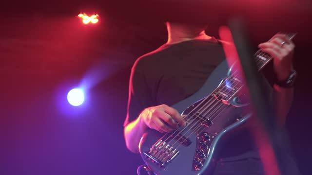 musiker, der ein konzert spielt. - menschlicher finger stock-videos und b-roll-filmmaterial