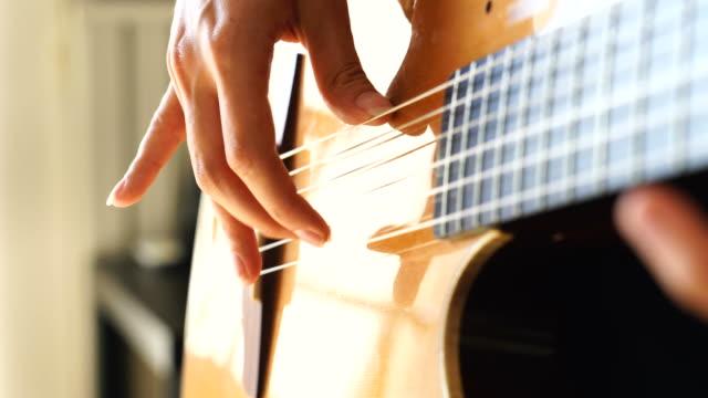 vídeos de stock, filmes e b-roll de tocar guitarra clássica de músico - chord