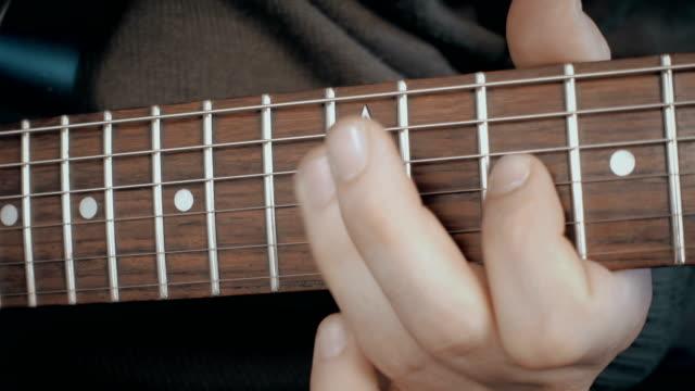vídeos de stock, filmes e b-roll de músico tocando guitarra elétrica - rock moderno