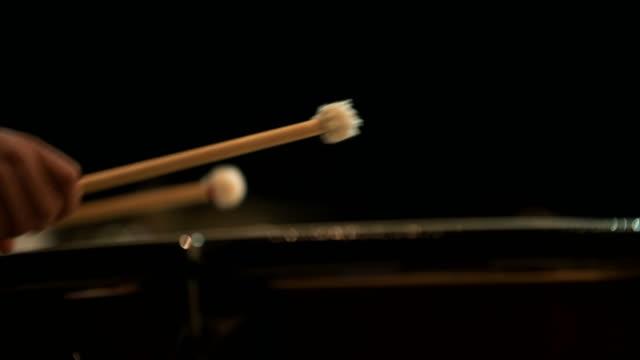 muzikant spelen pauken