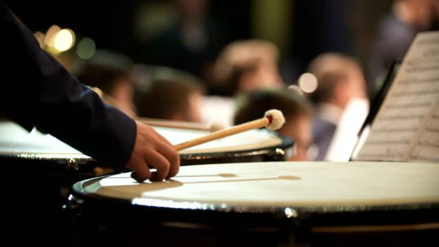 Musiker spielen Pauke