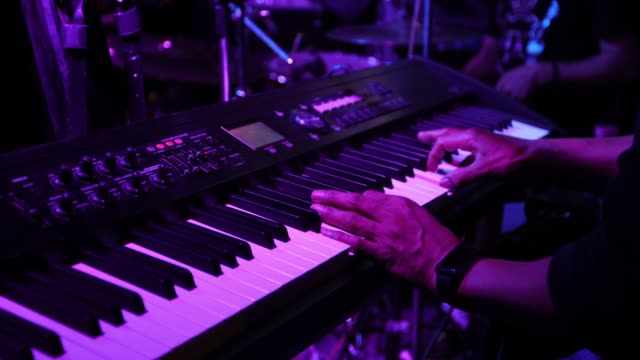 vídeos de stock e filmes b-roll de musician playing keyboard in concert - funky