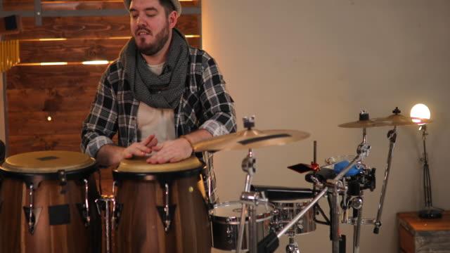 Musiker spielen am Schlagzeug