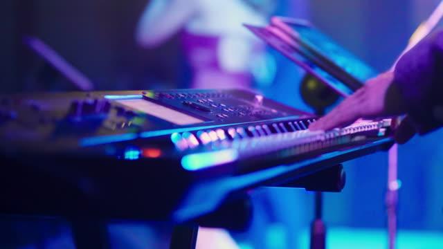 vídeos de stock, filmes e b-roll de músico que joga o sintetizador - arte, cultura e espetáculo
