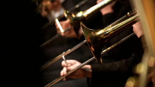 Trompeta juega de músico en concierto.