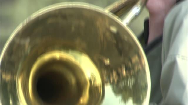 a musician plays a horn. - 金管楽器点の映像素材/bロール
