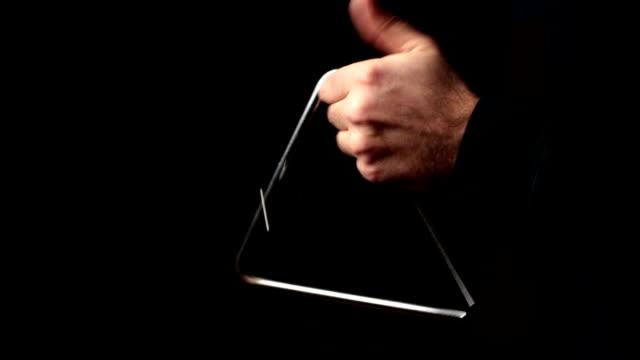 vídeos de stock, filmes e b-roll de músico tocando um ritmo com o triângulo - triângulo instrumento de percussão
