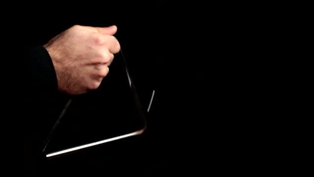 musicista suona un ritmo con il triangolo - strumento musicale video stock e b–roll