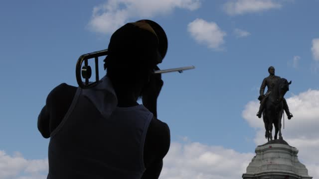 musician plays trombone near the statue of robert e. lee at robert e. lee memorial on monument avenue september 7, 2021 in richmond, virginia. the... - virginia us state stock videos & royalty-free footage