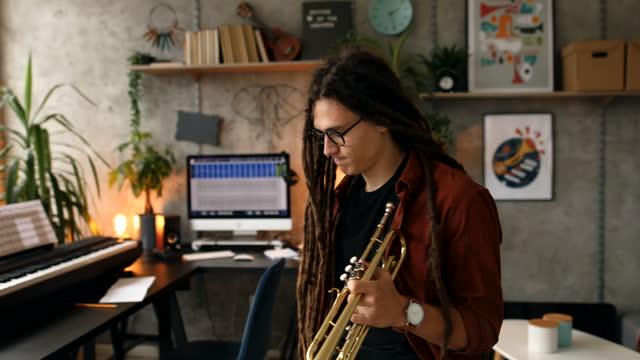自宅で演奏トランペットを練習するミュージシャン - レゲエ点の映像素材/bロール