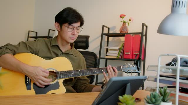音楽を一緒に再生音楽デジタルタブレット上のミュージシャンリモートコラボレーションビデオ会議。 - シンガーソングライター点の映像素材/bロール
