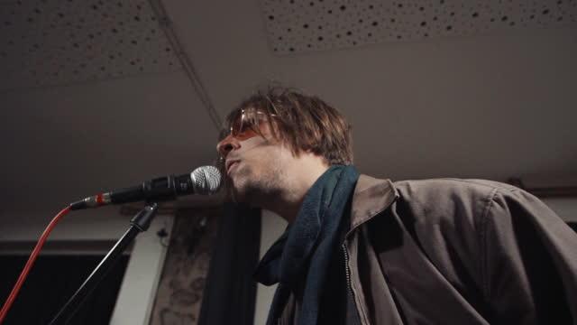 stockvideo's en b-roll-footage met het zingen van de musicus - zanger