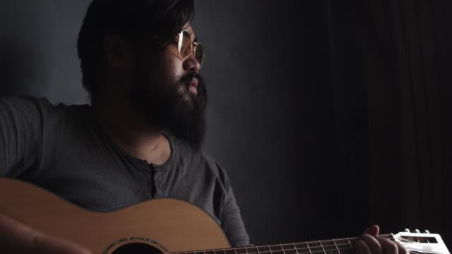 ギターを使ったミュージシャンの歌 - ホテルルーム点の映像素材/bロール