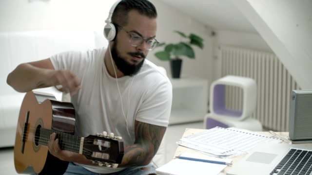 stockvideo's en b-roll-footage met hd: musician writing song. - muzikant