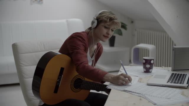 hd:  musicista scrivere canzoni. - scrivere video stock e b–roll